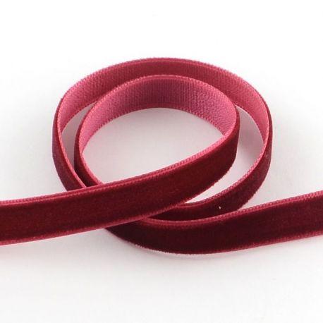 Vienpusė velvetinė juostelė skirta rankdarbiams, suvenyrams papuošalams gaminti. Tamsiai raudonos spalvos, kaina - 0,4 Eur už 1