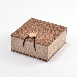 Tvirta, daili medinė dovanų dėžutė apyrankei, laikrodžiui šviesiai rudos spalvos, dydis 104x100 mm, 1 vnt.