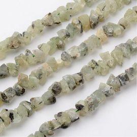 Natūralūs Prehnito karoliukų grynuoliai neapdirbti. Žalios (salotinės) spalvos su juodos spalvos inkliuzaismatiniai dydis 18-25x