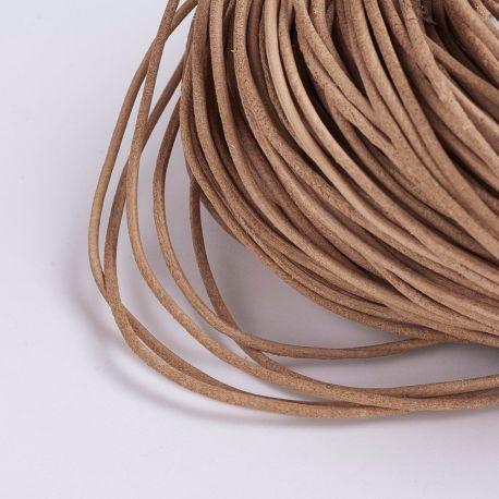 Natūralios odos virvutė turi specifinį kvapą - odos. Šviesiai rudos spalvos, apvali, kaina - 0,7 Eur už 1 m.