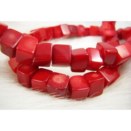 Koralo karoliukai, ryškiai raudos spalvos, netaisyklingos stačiakampio formos, dydis ~8 mm