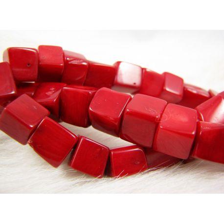 Koralo karoliukai, ryškiai raudos spalvos, netaisyklingos stačiakampio formos, dydis ~10 mm