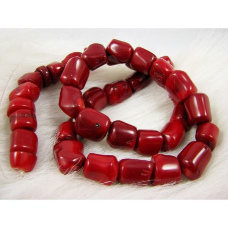 Koralo karoliukai - gija, raudos spalvos, netaisyklingos vamzdelio formos kraštai užapvalinti, dydis ~17x11 mm