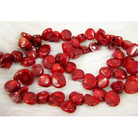 Koralo karoliukai - gija, ryškiai raudos spalvos, dažyti, netaisyklingos monetos formos, dydis ~15x-12 mm