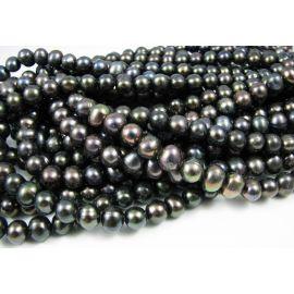 Gėlavandenių perlų gija, žaliai violetinės spalvos, netaisyklingos apvalios formos 8-9 mm