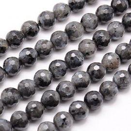 Labradorito akmens karoliukų gija, pilkos spalvos su juodais intarpais, apvalios formos, briaunuoti, 10 mm gijoje 38 vnt.