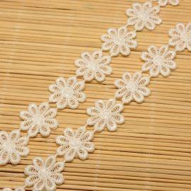Ažūrinė dekoratyvinė juostelė, rankdarbiams, papuošalams, baltos spalvos su gėlytėmis, 23 mm pločio, 1 metras