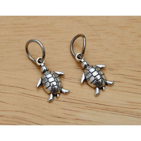 """Metalinis pakabukas """"Vėžliukas"""" su žiedeliu skirtas papuošalų, rankdarbių gamyboje. Sendintos sidabro spalvos, dydis apie 16x12"""